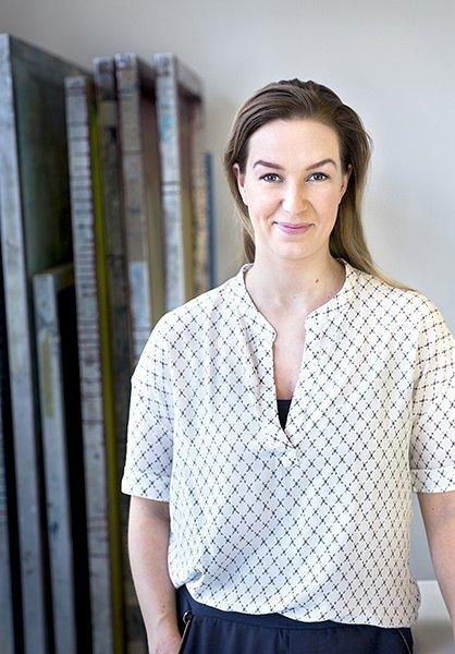 Portræt af kvindelig designer i miljø - erhvervsportræt til branding