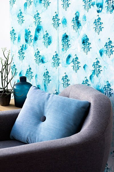 Interiørfoto af blålig tapetdesign