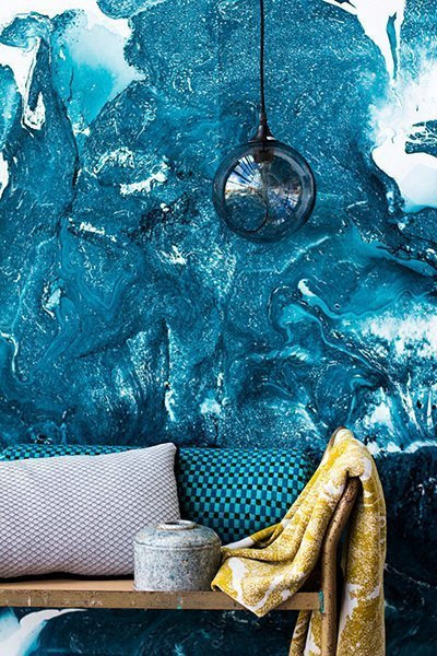 interiør fotograferet med tapet og rullevogn med tekstildesignet plaid og pyntepuder
