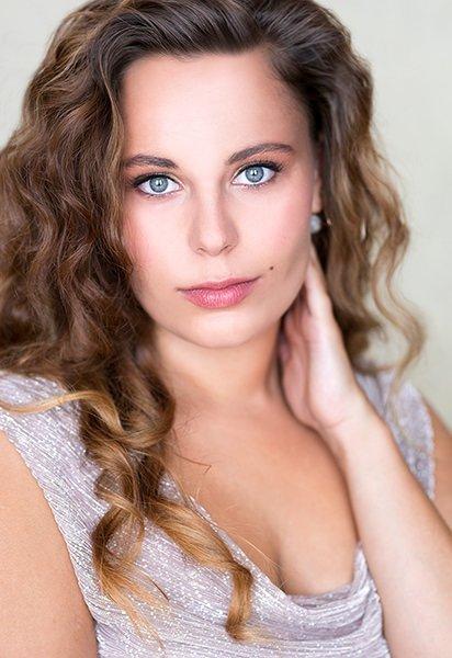 Portræt af glamourøse langhåret ung kvinde